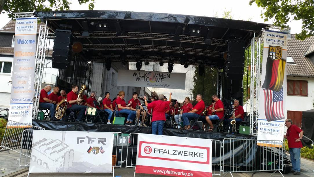 Bühne mit Band während dem Deutsch Amerikanischen Freundschaftsfest