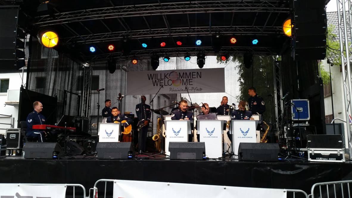 Eine Formation der USAFE Band während dem Deutsch Amerikanischen Freundschaftsfest