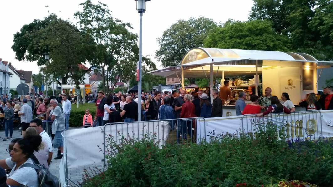 Ein Bierstand und Besucher des Deutsch Amerikanischen Freundschaftsfestes