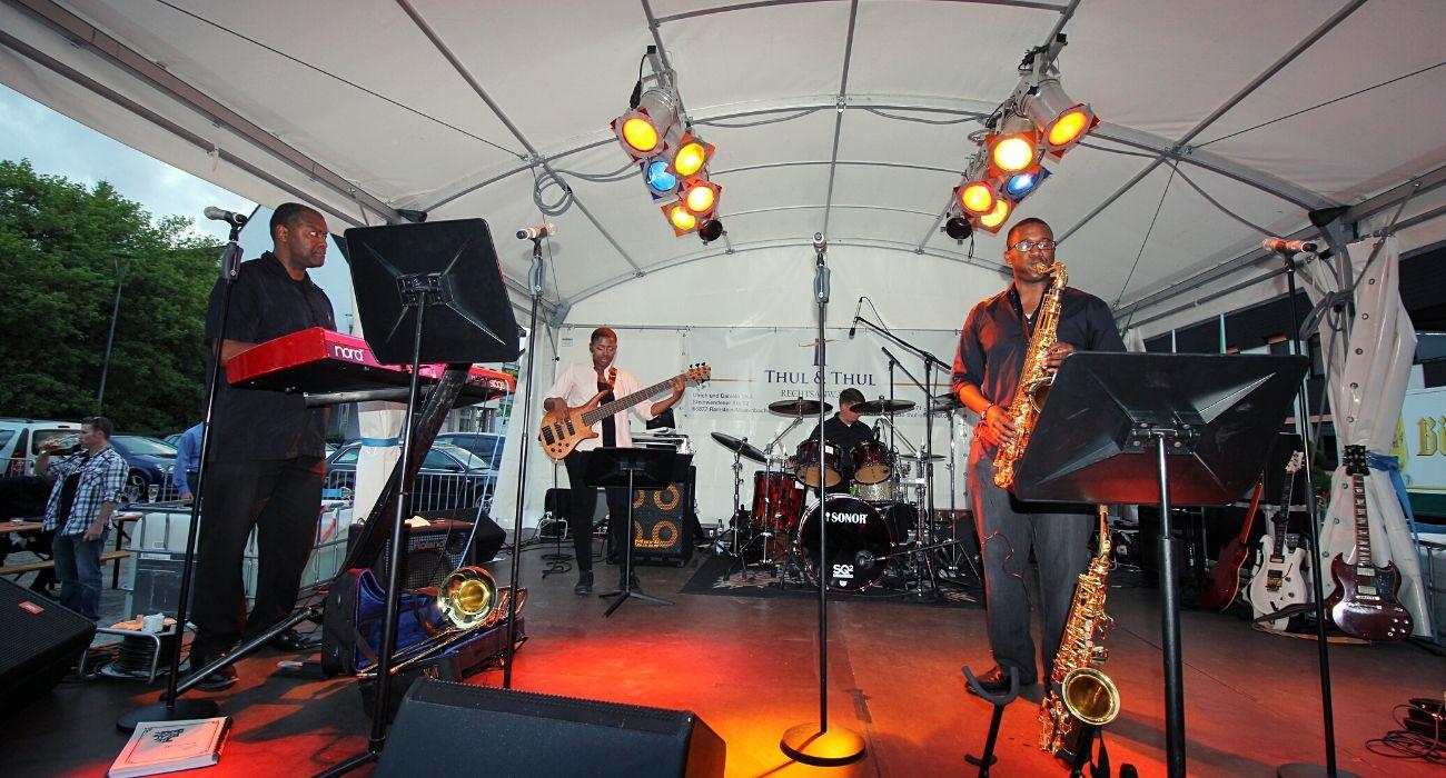 Bühne mit Band während der Ramsteiner Sommernächte