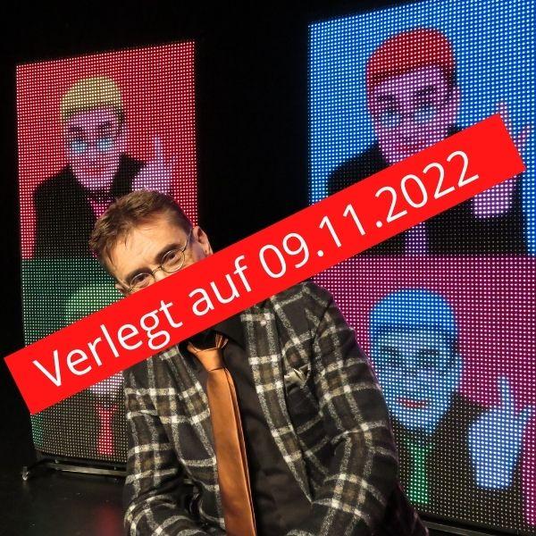 Der Kabarettist Mathias Richling sitzt vor der Kamera mit einem gestreiften Anzug. Darüber ein roter Balken mit dem Schriftzug Verlegt auf 09.11.2022