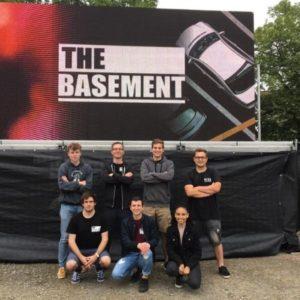 Die Coverband Basement posiert vor einem Plakat