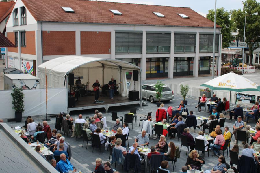 Rückblick auf einen Veranstaltungsabend der Sommer Lounge in Ramstein 2020 mit Gästen und Bühne