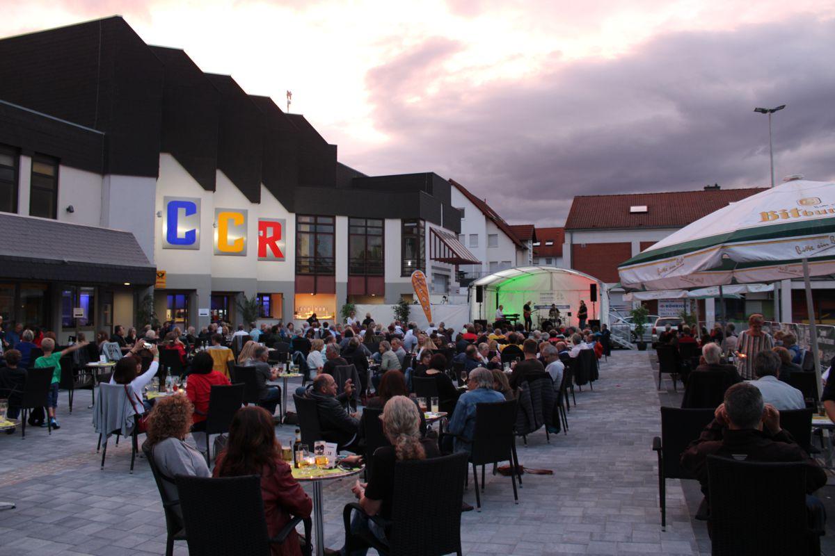 Blick auf die Bühne über die Zuschauer bei einem Abend der Sommer Lounge im Congress Center Ramstein 2020