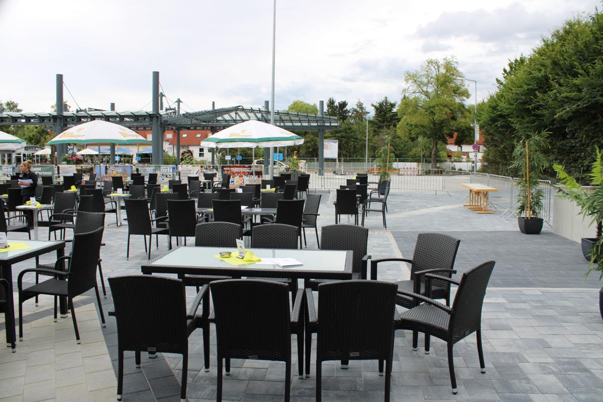 Hinterer Bereich der Sommer Lounge vor Einlass der Gäste. Mehrere Tischgruppen