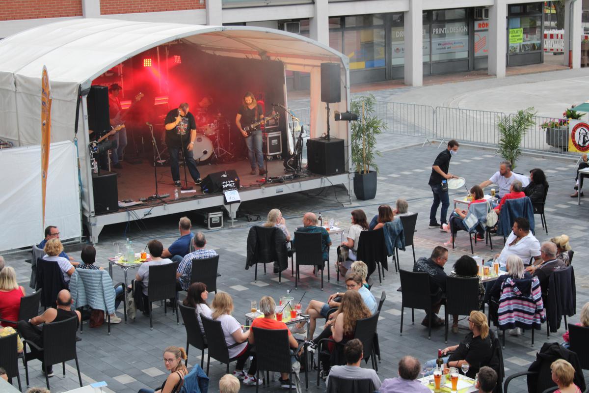 Die Bühne während der Sommer Lounge mit Musikern und einigen Gästen der vorderen Sitzplatzreihen