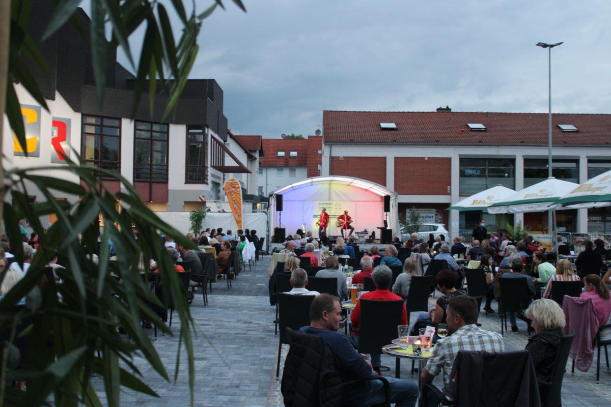Bühne und Zuschauer der Sommer Lounge vorm Congress Center Ramstein