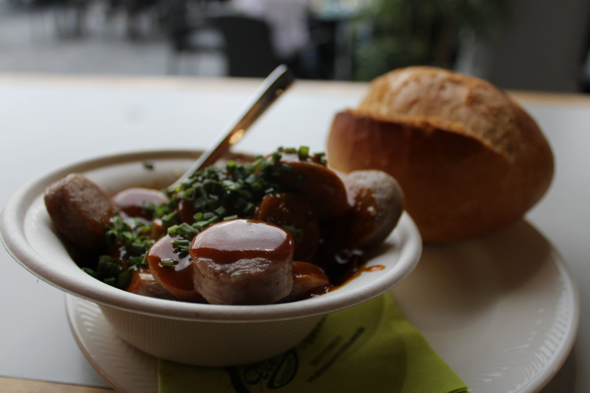 Currywurst mit Brötchen bei der Sommer Lounge 2020 in Ramstein