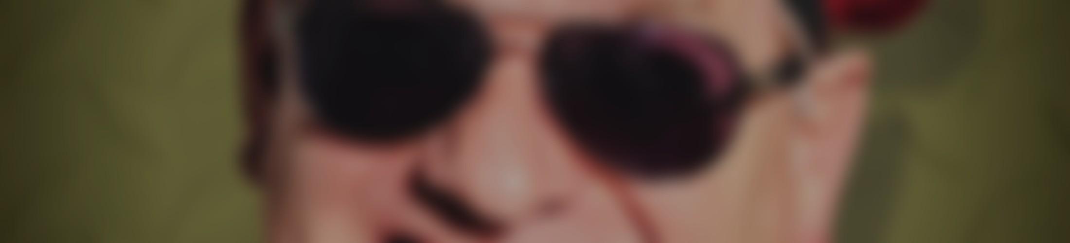 Verschwommenes und abgedunkeltes Gesicht von Ausbilder Schmidt als Hintergrund