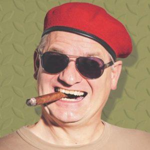 Ausbilder Schmidt mit seiner Sonnebrille und rotem Barett und Zigarre im Mund für seinen Auftritt in Ramstein