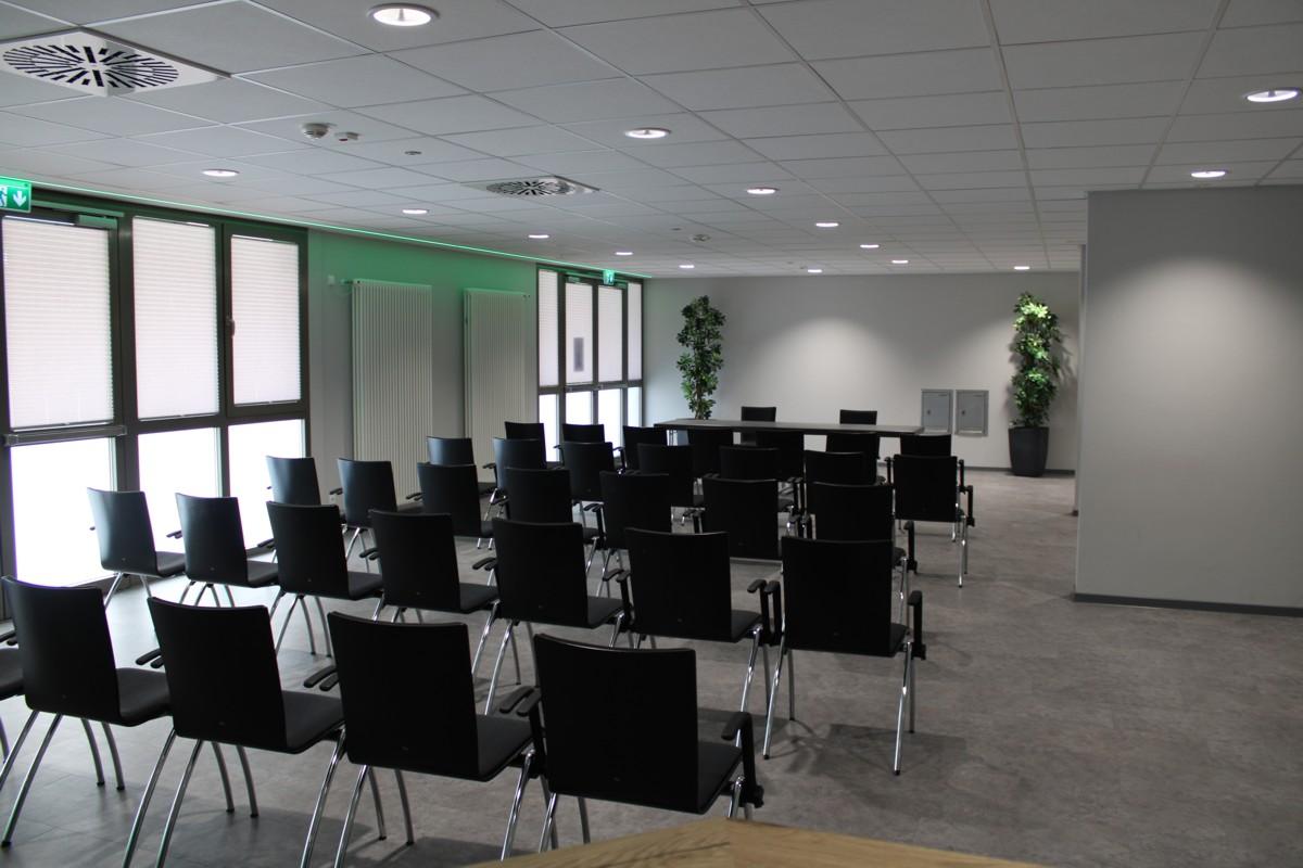 Reihenbestuhlung für eine Tagung in der Lounge des Congress Center Ramstein