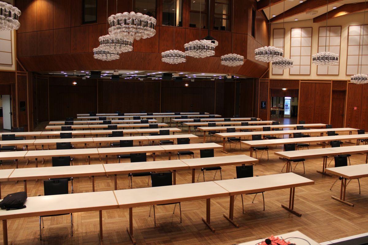 Tische und Stühle in parlamentarischer Bestuhlung für eine Tagung in Ramstein