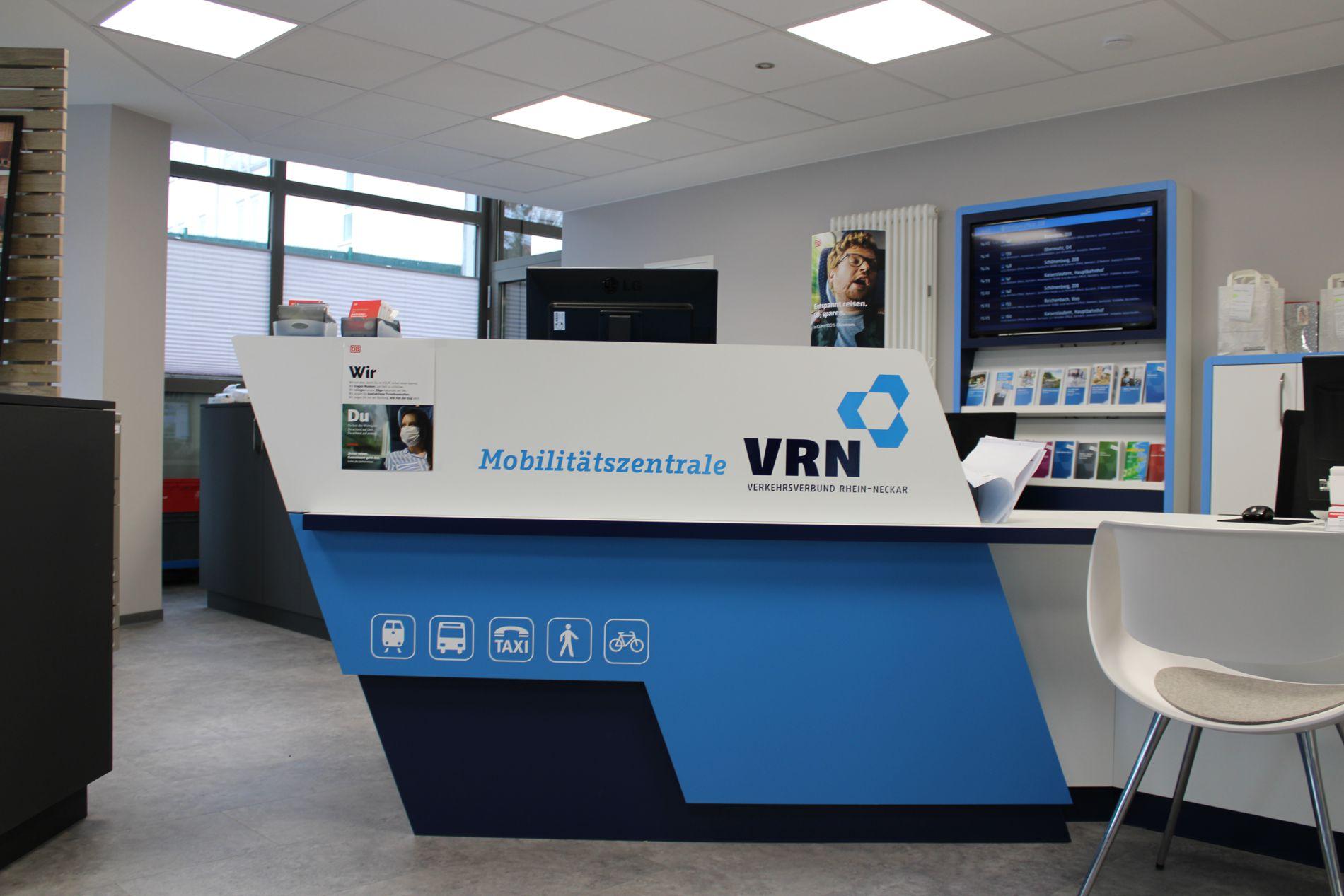 Counter der VRN Mobilitätszentrale in Ramstein im typischen VRN blau