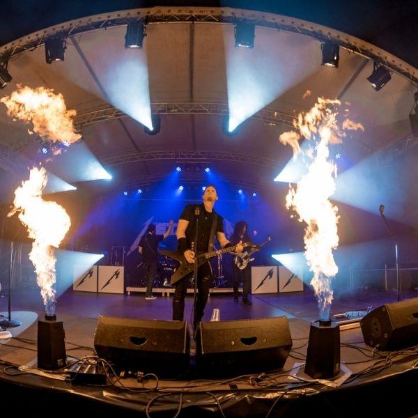 Live-Auftritt von Metakilla auf der Bühne mit Pyroeffekten