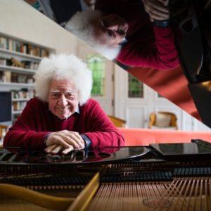 Robert Leonardy lehnt auf seinem Klavier und lächelt in die Kamera für seinen Auftritt am 17.10.21 in Ramstein