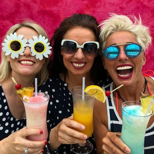 Die 3 Damen von Sekt and the City posieren mit Cocktails und Sonnenbrillen in der Hand für Ihren Auftritt am 28.04.2022 im Congress Center Ramstein