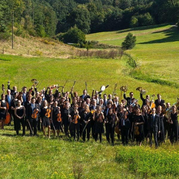 Sinfonieorchester des Landkreises Kaiserslautern posierend auf einer Wiese für das Neujahrskonzert am 16.01.2022 in Ramstein.